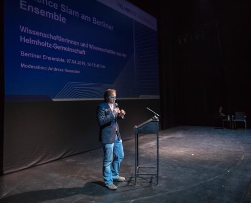 Moderator Andreas Kosmider bei der Vorstellung der Science Slamer. Bild: Moritz Haase