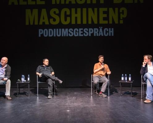 Moderator Frank Raddatz, Internet-Aktivist Frank Rieger, Bioinformatiker Uwe Ohler und Moderator Andreas Kosmider (von links nach rechts). Bild: Moritz Haase